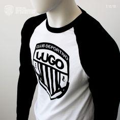 """Prenda blanca combinada con mangas largas negras y corte ranglán. Su diseño se compone en la parte central del pecho con el escudo del Club Deportivo Lugo en color negro serigrafiado. La espalda se compone por un diseño con el número 12 en referencia a la afición como gesto de agradecimiento e importancia seguido del icono """"Forza Lugo"""" junto a un grupo de líneas que hacen referencia a las bandas del escudo de CD Lugo.    Disponible de la talla """"S""""a la """"XXL"""". Color Negra, T Shirt, Tops, Women, Fashion, Center Part, Coat Of Arms, Group, Full Sleeves"""