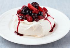 A delicious and elegant dessert that is so easy to make! Pavlova with cream and mixed berries is the perfect dessert for any occasion. Pavlova, Elegante Desserts, Snack Recipes, Snacks, Mixed Berries, Serving Dishes, Sugar Free, Mousse, Panna Cotta