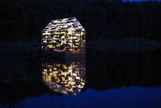 """En collaboration avec le Festival Horizons """"Arts-Nature"""" in Sancy #9, les deux artistes français Elise Morin (dont nous avons déjà parlé) et Florent Albinet ont imaginé une maison en bois flottante, sonore, lumineuse et navigable. Cette installation appelée Walden Raft prend place jusqu'au 27 septembre au Lac de Gayme (Picherande). Elle propose au public un espace de réflexion jouant sur la transparence et l'opacité, en référence à la cabane construite par l'auteur Henry David Thoreau."""