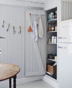 An Idyllic Swedish Summer Cottage (and Caravan) on Gotland (my scandinavian home) – toptrendpin. Swedish Cottage, Wooden Cottage, Kitchen Interior, Interior Design Living Room, Summer Cabins, Cabin Design, Scandinavian Home, Inspired Homes, Beach Cottages