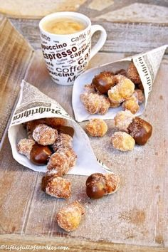 Dipped Cronut Bites Cronut Bites - this is something that I wanna try making at home!Cronut Bites - this is something that I wanna try making at home! Cronut, Café Chocolate, Chocolate Dipped, Just Desserts, Dessert Recipes, Eat Dessert First, Macaron, Sweet Recipes, Sweet Treats