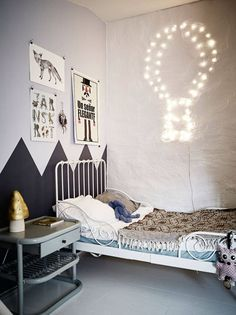 Un dormitorio infantil arriesgado y retro.