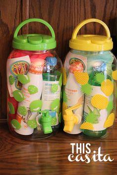 Gevulde limonadetap. Nodig: Limonadetap (hema?), Zonnebrand, handdoekje, mini's, snoepjes. Werkwijze: Vul de limonadetap met de zonnebrand, handdoek, mini's en snoepjes. Hang er nog een leuk kaartje aan met een bedank tekst, en je kunt de juf of meester verrassen met dit verwenpakket.