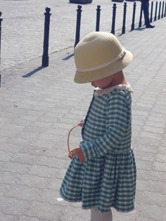 Najpiękniejsza sukienka DIY wykonaną z sercem przez babcię. http://www.kocimieta.pl/2014/04/niespodziewany-talent.html