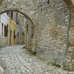 Old street in Jerusalem #jerusalem #middleeast #travelgram #mytravelgram #amazingworldtravels #instatraveling #igtraveling