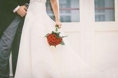 Ramo de novia de rosas rojas {Foto, Fernando Baños} #ramodenovia #bridalbouquet #tendenciasdebodas