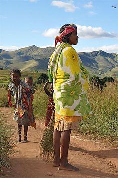 Femme portant le lamba//Madagascar > Fianarantsoa et sa région > Andringitra > Vallée de Tsaranoro