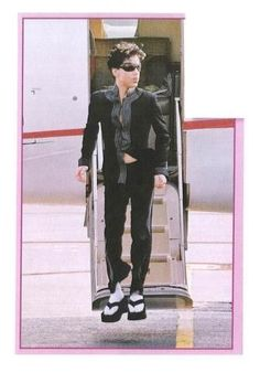 Only Prince would wear platform flip flops Prince Images, Pictures Of Prince, Prince Concert, The Artist Prince, Roger Nelson, Prince Rogers Nelson, Purple Reign, Beautiful One, Amor