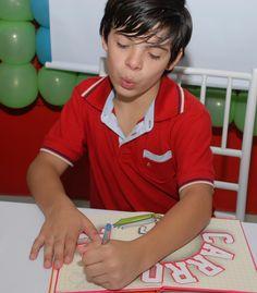 Thomaz demonstrou seu carinho e respeito com os fãs ao distribuir autógrafos.