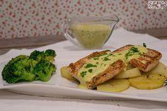 Este salmão com queijo creme e mostarda é delicioso. Um molho suave e aveludado que resulta muito bem combinado com o salmão