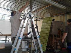 Qui vedete il grande Dimitri che snobba la scala e sistema la tettoia (superpotere degli alti!). Ecco come avanzano i preparativi per la #festaSanGiuseppe di Vicenza, zona Mercato Nuovo, che è iniziata oggi e proseguirà fino al 3 maggio. Il 30 aprirà anche lo Stand Gastronomico che Dimitri sta sistemando in questa foto.
