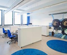 Tiloihin valitut seinäprintit toistavat  puolustushaaraan ja Suomen luonnon teemoja. The Office, Public, Projects, Log Projects, Blue Prints