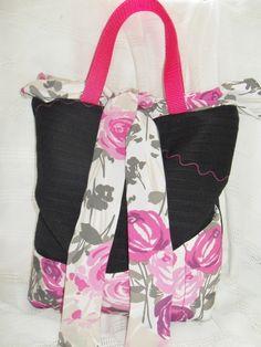 Tolle Handtasche.  Die Handtasche hat außen 6 Einsteckfächer, verschlossen wird sie mittels einer großen Schleife, als Griffe dient rosa Gurtband...