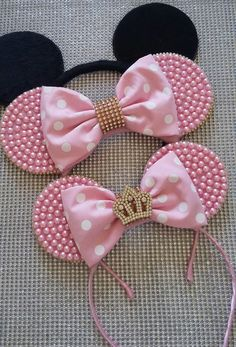 Mother and daughter ears with ears of pearls and altar boy on the lace of the daughter tiara Ear of Mickey on velvet in the metal bows. Diy Disney Ears, Disney Diy, Disney Headbands, Baby Headbands, Diy Hair Bows, Diy Bow, Minnie Birthday, Mickey Mouse Ears, Diy Headband