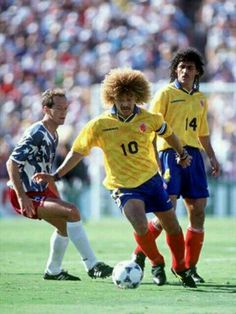 USA 2 Colombia 1 in 1994 in Pasadena. Carlos Valderrama in midfield action in Group A Football Outfits, Football Uniforms, Sport Football, Football Shirts, Us Soccer, Play Soccer, Soccer Players, Carlos Valderrama, Association Football
