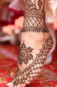 90 Beautiful Leg Mehndi Designs for every occasion - Sprüche - Henna Designs Hand Wedding Henna Designs, Cool Henna Designs, Engagement Mehndi Designs, Indian Mehndi Designs, Legs Mehndi Design, Mehndi Designs Feet, Latest Bridal Mehndi Designs, Modern Mehndi Designs, Mehndi Design Photos