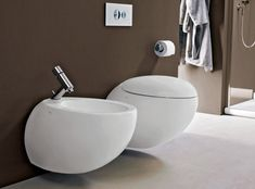 Il Bagno Alessi One sanitaryware from Laufen is available in white or warm grey. The WC and bidet feature soft, organic curves and the dual-flush cistern uses just 6 or 3 litres of water. Prices are from for the wall-hung bidet and for the wall-hung WC. Laufen Bathroom, Bathroom Sets, Bathroom Toilets, Vintage Bathtub, Wall Hung Toilet, New Toilet, Flush Toilet, Minimalist House Design, Best Bath
