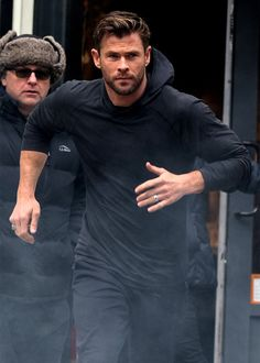 Chris Hemsworth Melts Hearts While Filming Hugo Boss Commercial in NYC . Chris Hemsworth is quite the heartthrob and he straight out melted… Chris Hemsworth Shirtless, Liam Hemsworth, Chris Pratt, Chris Evans, Hemsworth Brothers, Australian Actors, Z Cam, Man Thing Marvel, Actrices Hollywood