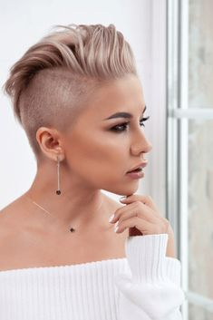 We have collected a clipboard of pixie hairstyles in this styled hairstyle very attractive and which Short Shaved Hairstyles, Pixie Hairstyles, Cool Hairstyles, Perfect Image, Perfect Photo, Hair And Beauty Courses, Short Hair Cuts, Short Hair Styles, Beauty Barn