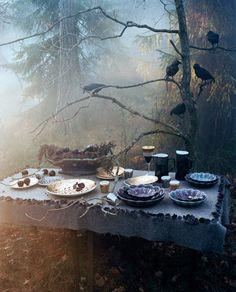 Spooky, sexy, Halloween dinner in the woods… Samhain Halloween, Fall Halloween, Halloween Table, Halloween Dinner, Classy Halloween, Halloween Entertaining, Halloween Inspo, Halloween Cocktails, Haunted Halloween
