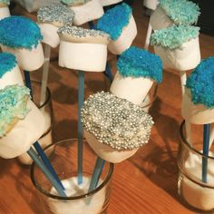 Marshmallows doppade i vit choklad och strössel! #frozenparty #frostkalas #frost