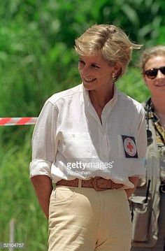 January Diana, Princess of Wales tours a minefield dressed in a flak jacket and face shield in Huambo, central Angola. The Princess was visiting Angola for the Red Cross, to see for herself the carnage mines can cause. Princess Kate, Princess Of Wales, Princess Diana Pictures, Diana Fashion, Fashion Fashion, Flak Jacket, Camilla Parker Bowles, Diane, Lady Diana Spencer