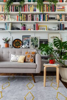 Tiny Living Rooms, Home And Living, Living Room Decor, Living Spaces, Home Library Design, House Design, Little White House, Living Comedor, Home Libraries