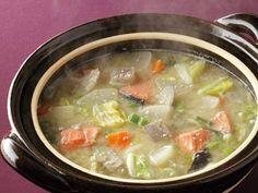 田口 成子 さんの「さけの酒かす鍋」。【鍋ものコレクション2013】甘塩ざけと酒かすを使った、北海道の石狩鍋風の味わい。体も心もほんわりと温まる鍋料理です。 NHK「きょうの料理」で放送された料理レシピや献立が満載。