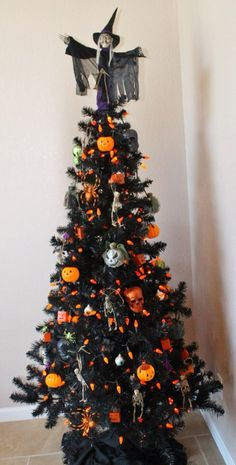 Cheap And Easy Indoor Halloween Decorating Ideas – Spooktacular Trees Halloween is among our favorites. It is the perfect time to get employees excited about work. Not every Halloween needs to be dark and dreary! Spirit Halloween has a large range of H Retro Halloween, Spooky Halloween, Halloween Christmas Tree, Black Christmas Tree Decorations, Black Christmas Trees, Christmas Tree Design, Holiday Tree, Halloween Projects, Holidays Halloween