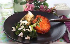 Stegt broccoli med kokos:  Skyl og skær broccolien i små buketter, riv stokken på et rivejern. Rist broccolien af på en varm pande med lidt olie, i ca 5-10 minutter, under jævnlig omrøring. Krydres med salt og peber.   http://www.kokkenshverdagsmad.dk/