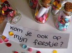 Bekijk de foto van Mandiix met als titel superleuke verjaardags uitnodiging, glazen geluksflesje met confetti en briefje met de uitnodiging erop en andere inspirerende plaatjes op Welke.nl.