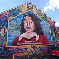 Mural en homenaje a Bobby Sands en Falls Road.  #Belfast fue escenario de grandes protestas entre #católicos y #protestantes hasta hace poco.  Hay #grafitti recordando estos hechos por toda la calle y los alrededores.  Este es uno de los más #famosos.