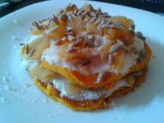 Pancake di zucca con yogurt greco alla vaniglia con scaglie di cocco e frutta secca