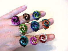 ¡ WOW! Qué anillo! He creado este como un spin off de mi anillo de rosebud de Rosalie. Es grueso, moderno y lleno de color! Ha sido cuidadosamente esculpida de alambre de aluminio sólido y puede ser aduana pedida en una amplia gama de combinaciones de color!  Ver la última foto de un color tabla escoger un cable de color y el tamaño de su anillo, y luego me el mensaje con su segunda opción de color.  Todas las fotos y diseños son propiedad de la diseñadora Heidi Sears y no copiarse en…