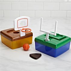Make lunchtime fun with the Fit-Fresh Lunch Launch Container. Lid pops up to reveal a basketball net or football uprights for playing games after you eat!