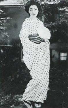 オールジャンルのオージャン : 【画像】 戦前の日本の写真って意外におしゃれでびっくりするよね Japanese History, Japanese Beauty, Japanese Culture, Asian Beauty, Japanese Prints, Japanese Kimono, Japanese Girl, Old Pictures, Old Photos