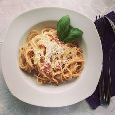 Pasta. A la carbonara #gastrookno #obiad #dinner #spaghetti #a la #carbonara #pasta #basil #makaron #homemade #cream #bacon #boczek #parmezan #włoska #kuchnia #italian #omnomnom #yummy #pełne #brzuchy #radość #smak #przy #stole #jedzenie  #foodporn #foodie