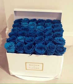 caja con rosas azules