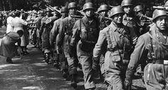 Sur cette photo prise au début de la guerre, ont peut distinguer sur le para au premier plan, le col de la veste bleu de la lufwaffe dépassant de la veste de saut.
