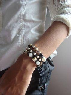 Kit três pulseiras pulseiras Preto com bege  Pronta entrega  Passe para o vendedor a medida de seu pulso ,para juste das pulseiras                  O valor do frete é o mais para mais de um produto ...colares,brincos...aproveitem!  Forma de pagamento- cartão de crédito,boleto R$ 38,00