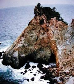 This is a natural mountain which has a shape of a horse face, by just seeing the photograph most of the people think it is a horse face photograph but after careful study of the picture and the surroundings one can determine this optical illusion.