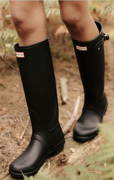Take on new ground in expertly crafted rain boots. Black Hunter Boots, Wellies Rain Boots, Hunter Rain Boots, Black Boots, Snow Boots, Winter Boots, Fashion Models, Fashion 2018, Fashion Spring