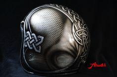 Custom Painting Helm mit keltischen Knotenmustern und Ornamenten auf Blattsilber