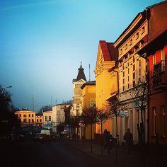 Aleja Jana Pawła II w blasku zachodzącego słońca podwójnie piękna! #Wągrowiec #Wielkopolska #Polska #Poland #ulica #JanPawełII #street #sun #sunset #zachódsłońca #kolory #Rynek #sky #niebo #bluesky Fot. Łukasz Cieślak