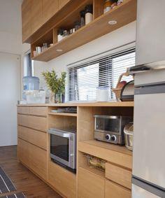 タモとステンレスのペニンシュラキッチンと食器棚