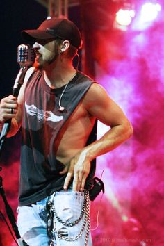 brantley gilbert I hate these shirts. He looks good but a 30 person with a huge gut was horrible. Country Men, Country Life, Country Girls, Country Music Artists, Country Singers, Bae, Redneck Girl, Hey Good Lookin, Brantley Gilbert