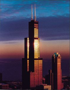 Completed in 1973 in Chicago, United States. Towering over the windy city of Chicago, the Willis Tower (formerly known as Sears Tower) was once the tallest building in the world upon its. Chicago Usa, Chicago Travel, Chicago City, Chicago Skyline, Chicago Illinois, Chicago Trip, Chicago Photos, Willis Tower, Paisajes