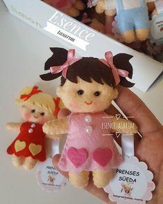 FAÇA VOCÊ MESMO! LINDAS lembrancinhas em feltro! Acesse o site e salve gratuitamente o molde dessa bonequinha! Tutorial gratuito!   #LembrancinhasCriativas #ArtesanatoCriativo  Bonequinha em feltro, bonequinho em feltro, menina, menino, lembrancinha, boneca, boneco, boneca em feltro, decoração, lembrancinha de maternidade, decoração infantil. Felt Crafts, Diy Home Crafts, Paper Crafts, Baby Shower Crafts, Kids Activity Books, Sewing Toys, Felt Toys, Felt Art, Cute Dolls