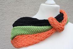 Hier ein Exemplar der Kollektion Tücher und Schals: dieses Mal ein besonders edles und elegantes Exemplar aus Wolle gestrickt. Drei verschiedene Schals, unterschiedliche Muster, unterschiedliche...
