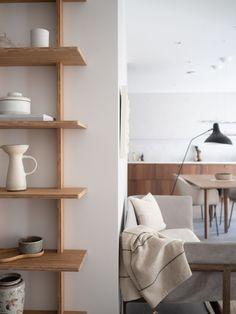 Her har vi kombinert LADY Minerals i fargen LADY 12077 Sheer Grey med den klassiske, gråhvite nyansen LADY 1622 Refleksjon. Furniture Design, Bamboo, Floating Shelves, Eco Design, Furniture, Shelves, Interior, Home Projects, Home Decor